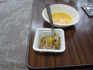 作り方3:納豆を練る。手順は、何もかけずにかき混ぜる→たれ、からしを入れる→もう一度かき混ぜる