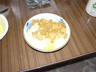 作り方5:残しておいた卵をかける、ご飯&納豆の中央に穴を開けて注ぐのがコツ
