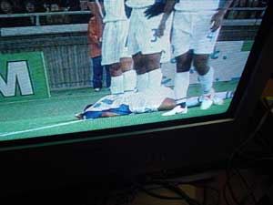 股間にシュートを受けたインド選手